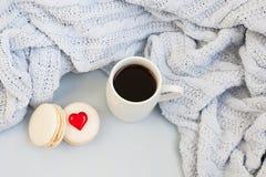 Taza de café en un fondo de la tela escocesa azul suave imagen de archivo