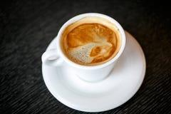 Taza de café en un fondo negro Fotos de archivo libres de regalías