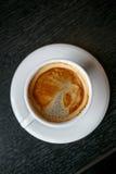 Taza de café en un fondo negro Fotos de archivo
