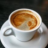 Taza de café en un fondo negro Fotografía de archivo libre de regalías