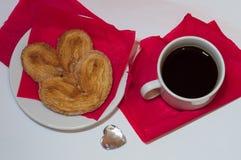 Taza de café en un fondo rojo Imagen de archivo