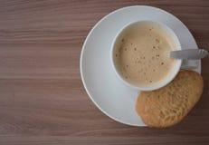 Taza de café en un tablero texturizado fotos de archivo libres de regalías