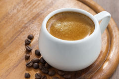 Taza de café en una bandeja de madera Fotografía de archivo libre de regalías