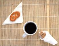 Taza de café en una servilleta de bambú, visión superior Imagen de archivo libre de regalías