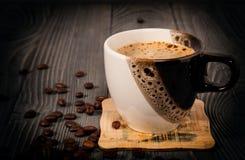 Taza de café en una superficie de madera imagen de archivo libre de regalías