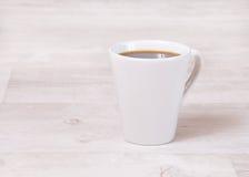Taza de café en una tabla brillante Foto de archivo