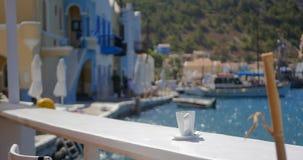 Taza de café en una tabla cerca del mar