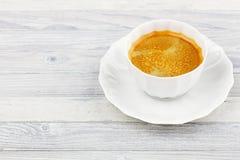 Taza de café en una tabla de madera Fotos de archivo