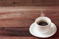 Taza de café en una tabla de madera Foto de archivo