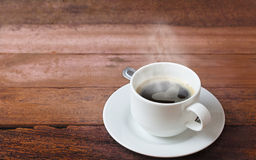 Taza de café en una tabla de madera Fotografía de archivo