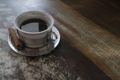 Taza de café en una tabla de madera rústica Fotos de archivo