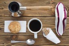 Taza de café en una tabla de madera, visión superior Foto de archivo