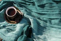 Taza de café en una tela Foto de archivo