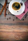 Taza de café en Woody Background en vintage retro Imagen de archivo libre de regalías