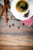 Taza de café en Woody Background en vintage retro imágenes de archivo libres de regalías