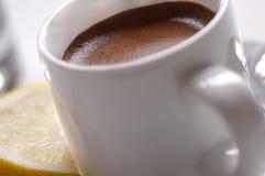 Taza de café express con el limón Foto de archivo