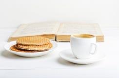 Taza de café express, de galletas y de libro Imagen de archivo