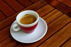 Taza de café express en una tabla de madera Foto de archivo