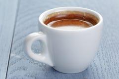 Taza de café express fresco en la tabla del azul del vintage Foto de archivo libre de regalías