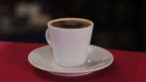 Taza de café express, resplandores, cierre para arriba, tiro del carro almacen de metraje de vídeo