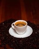 Taza de café express y de habas Imagenes de archivo