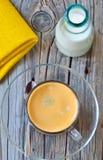 Taza de café express y de leche Fotografía de archivo libre de regalías