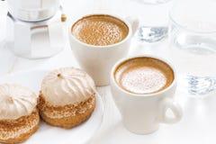 Taza de café express y de tortas frescos para el desayuno, visión superior Imágenes de archivo libres de regalías