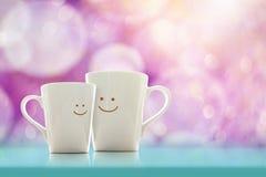 Taza de café feliz del amante con la cara sonriente, la felicidad y romántico Fotografía de archivo