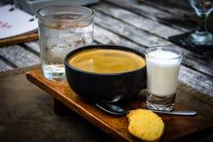 Taza de café fresca con agua, la leche y las galletas Imagen de archivo libre de regalías