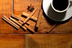 Taza de café fuerte en fondo de madera espresso/ imagen de archivo