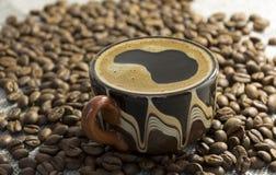 Taza de café fuerte negro, granos de café, aún vida Fotos de archivo libres de regalías