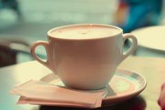 Taza de café grande en colores retros del estilo imagen de archivo