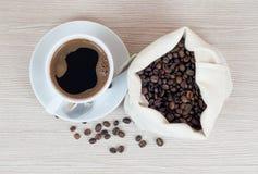 Taza de café, granos de café Visión superior Fondo del café Imagen de archivo