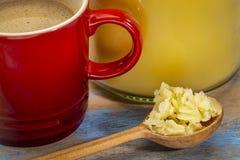 Taza de café graso fresco con mantequilla de búfalo imágenes de archivo libres de regalías