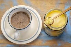 Taza de café graso fresco con mantequilla de búfalo foto de archivo