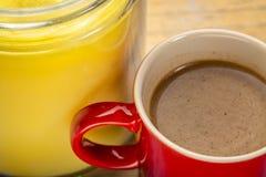 Taza de café graso fresco con mantequilla de búfalo imagen de archivo libre de regalías
