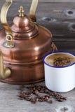 Taza de café, habas y caldera de cobre Fotos de archivo