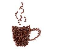 Taza de café hecha de los granos de café aislados en el fondo blanco Foto de archivo