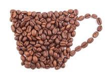 Taza de café hecha de los granos de café aislados en el fondo blanco Imagen de archivo
