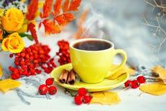 Taza de café, de hojas de otoño y de flores en una tabla de madera Todavía del otoño vida Foco selectivo Fotografía de archivo