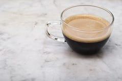 Taza de café italiano en el mármol Imágenes de archivo libres de regalías