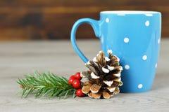 Taza de café de la Navidad y decoración natural de la Navidad fotos de archivo