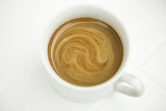 Taza de café Latte en el fondo aislado blanco Imagen de archivo libre de regalías
