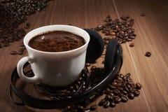 taza de café a los auriculares Foto de archivo