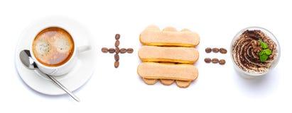 Taza de café más el postre italiano igualmente clásico del tiramisu de las galletas del savoiardi con los arándanos en un vidrio fotos de archivo libres de regalías