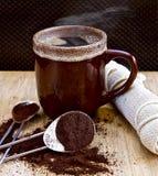 Taza de café marrón de los Cocos con los argumentos de café Imágenes de archivo libres de regalías