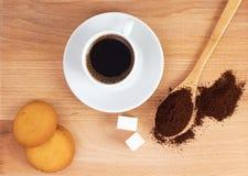 Taza de café molido en una cuchara en la tabla Imagen de archivo