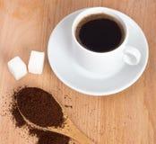 Taza de café molido en una cuchara en la tabla Imagen de archivo libre de regalías