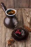 Taza de café negra con la torta, el canela y el anís de chocolate en fondo de madera imágenes de archivo libres de regalías