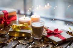 Taza de café o de té cerca de una calabaza, de los regalos y de las velas Fotos de archivo libres de regalías